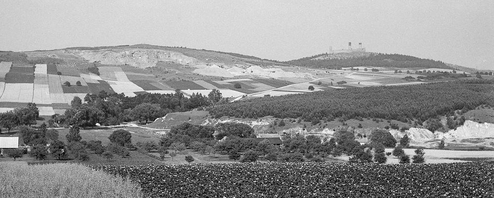 Widok zamku chęcińskiego z Korzecka. Na pierwszym planie widoczne są pozostałości kamieniołomów wapieni górnojurajskich, po lewej w oddali masyw góry Rzepki i Beyliny ze ścianą kamieniołomu wapieni dewońskich. Zdjęcie Zbigniewa Rubinowskiego z 1971 r.